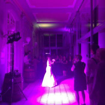 DJ CrossCut auf Hochzeit im Schlosshotel Gross Plasten beim Brautstrauß werfen