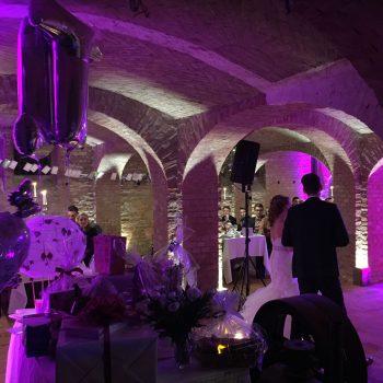 Hochzeitspaar hält Eröffnungsrede bei Hochzeit mit Funkmikrofonen auf dem Landgut Stober
