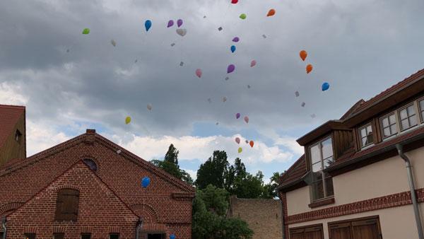 Luftballons steigen lassen hochzeit - Romantische Hochzeit - Alter Dorfkrug Staffelde