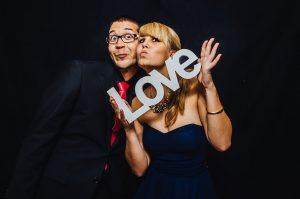 Photobooth mieten 300x199 - Eine Fotobox auf deiner Hochzeit– Der Spassbringer für Jung und Alt
