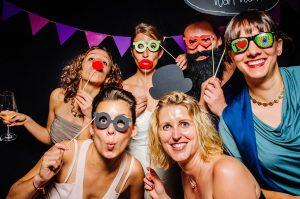 hochzeit fotobox 300x199 - Eine Fotobox auf deiner Hochzeit– Der Spassbringer für Jung und Alt