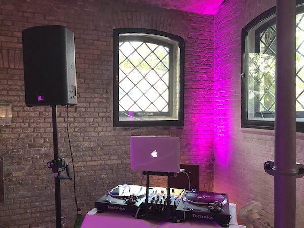 Ochsenstall DJ 8 600x450 - Ochsenstall (Schloss Britz) - Heiraten in Berlin mit DJ